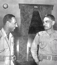 عبدالكريم قاسم (على اليمين) وعبد السلام عارف (على اليسار)
